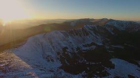 Adoración aérea de la religión de la salida del sol del vuelo del paisaje de la nieve de montaña del pico de la puesta del sol de metrajes