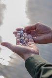 Adoración al aire libre con el rosario y el lago que reflejan el sol Fotografía de archivo