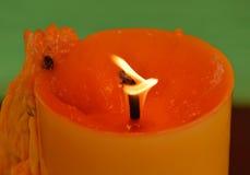 Adoración amarilla de la vela que quema en templo Foto de archivo libre de regalías