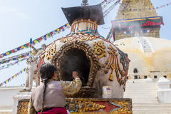Adoración budista en Boudanath Fotografía de archivo libre de regalías