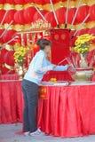 Adoración budista y fabricación de mérito religioso Imagen de archivo libre de regalías