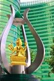 Adoración de Brahma y edificios modernos Fotos de archivo