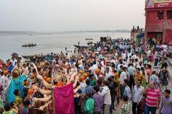 Adoración de la diosa hindú Durga en Varanasi, la India Imagenes de archivo