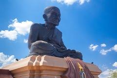 Adoración de la gente alrededor de una estatua de Buda Foto de archivo