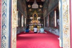 Adoración de la gente a la estatua de oro de Buda Fotografía de archivo