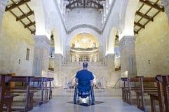 Adoración de la iglesia del sillón de ruedas Fotos de archivo