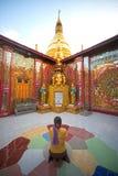 Adoración de la pagoda de Sutaungyai en la colina de Mandalay Imágenes de archivo libres de regalías