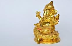 Adoración de oro de dios de la cabeza del elefante del Hinduismo de la estatua de Ganesha para la suerte y el éxito Foto de archivo
