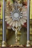 Adoración de Ostensorial en la iglesia católica Imagenes de archivo