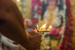 Adoración del arati indio del ídolo de la diosa de dios con la adoración de ídolo india del pradip del pancha Fotografía de archivo