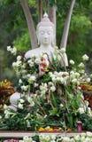 Adoración del budismo con las flores y la guirnalda de ofrecimiento a la estatua de Buda Fotografía de archivo