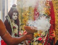 Adoración del puja indio del durga del dhunichi del dhuno del dhoop del ídolo de la diosa de dios con la cultura del indio del ch Fotografía de archivo libre de regalías