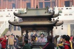 Adoración en el templo budista Foto de archivo libre de regalías