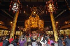 Adoración en el templo de Longhua Foto de archivo libre de regalías