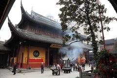 Adoración en un templo budista Fotos de archivo