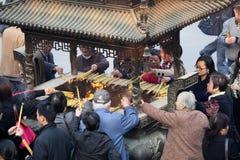 Adoración en un templo budista Fotografía de archivo