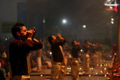 Adoración hindú de los sacerdotes en Varanasi, la India Imagen de archivo