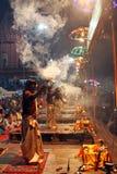 Adoración hindú del sacerdote en Varanasi, la India Imágenes de archivo libres de regalías