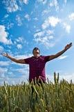 Adoración - hombre en un campo de trigo Fotos de archivo libres de regalías