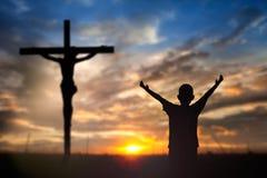 Adoración Jesús en la cruz Foto de archivo