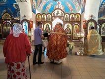 Adoración ortodoxa en Christian Church en la región de Kaluga de Rusia Fotos de archivo libres de regalías