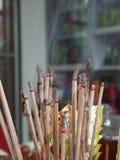 Adoración por incienso en creencia china Fotografía de archivo libre de regalías