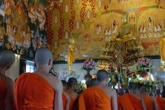 Adoración tailandesa del monje en templo Imágenes de archivo libres de regalías