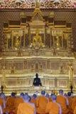 Adoración tailandesa del monje en templo Fotos de archivo libres de regalías