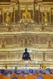 Adoración tailandesa del monje en templo Foto de archivo