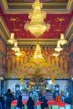 Adoración tailandesa del monje en templo Imagen de archivo