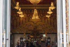 Adoración tailandesa del monje en templo Imagen de archivo libre de regalías