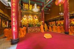 Adoración tailandesa del monje en templo chino Fotografía de archivo libre de regalías