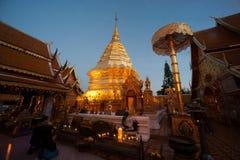 Adoración turística budista en la pagoda de oro de Wat Phra That Doi Suthep, Chiang Mai, Tailandia Fotos de archivo libres de regalías