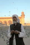 Adorador e grânulos na mesquita de Masjid da Meca Fotos de Stock