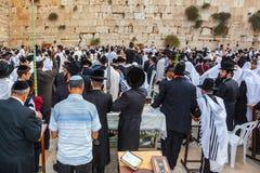 Adoradores judaicos nos xailes brancos Fotografia de Stock Royalty Free