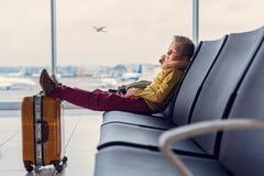 Adoralbe weinig jongen bij luchthaven stock foto's