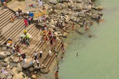 Adorando por el río Ganges en Rishikesh, la India Imagen de archivo