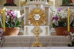 Adoration d'Ostensorial dans l'église catholique Photos libres de droits