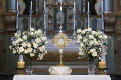 Adoration d'Ostensorial dans l'église catholique Photographie stock libre de droits