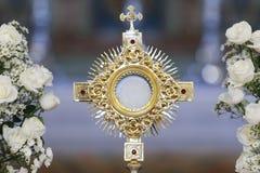 Adoration d'Ostensorial dans l'église catholique Photos stock