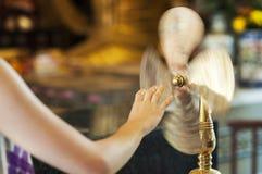 Adorator przy Che Kung świątynią, Tai Wai, wiruje mosiężnego koło o zdjęcia stock