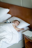Adorbale berbecia dosypianie w pokój hotelowy Obrazy Stock