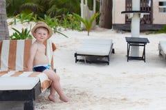 Adorbale Kleinkindjunge auf einem tropischen Strand Lizenzfreie Stockfotografie