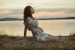 Adorbale-Mutter, die durch den See stillsteht Lizenzfreies Stockfoto