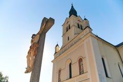 Adore la cruz delante de la iglesia en Bohinjska Bistrica cerca del lago Bohinj, Eslovenia Imagen de archivo libre de regalías