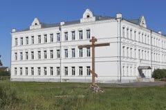 Adore la cruz en conmemoración de todos los templos perdidos de la ciudad de Belozersk en fondo que sea la universidad industrial Imagen de archivo