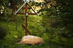 Adore la cruz en el bosque cerca de la primavera santa Fotos de archivo libres de regalías