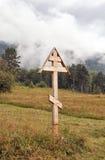 Adore la cruz en el fondo del taiga Foto de archivo