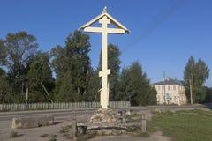 Adore la cruz en el sitio del destruido durante el gran mártir Paraskeva del templo soviético de la era en la ciudad de Totma Imagenes de archivo