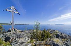 Adore la cruz en una roca en la orilla del lago ladoga Imagen de archivo libre de regalías